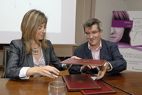 La ministra de Igualdad, Bibiana Aido, firma un convenio con el alcalde de León. | Efe