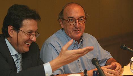 Eladio Gutiérrez, presidente de Impulsa TDT, conversa con Jaume Roures, responsable de Mediapro, en las jornadas sobre televisión del IFE. (Foto: Alberto Cuéllar)
