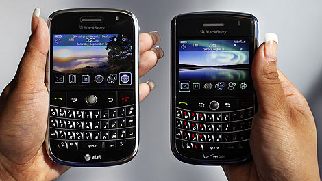 Una Blackberry Bold y una Blackberry Tour. | AP