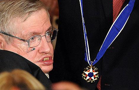 Hawking, al recibir la Medalla de la Libertad el pasado mes de agosto en EEUU. | Afp