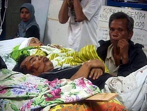 Un hombre herido durante el seísmo espera ser atendido.   Reuters