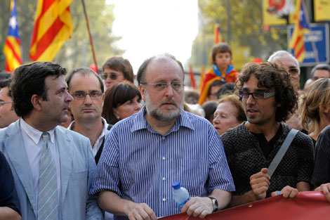 Àngel Colom, en el centro, durante una manifestación en Barcelona en 2008 | Santi Cogolludo