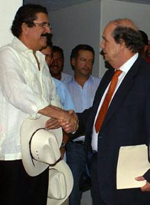 Manuel Zelaya, con un diplomático de la OEA, en la embajada de Brasil.   EFE