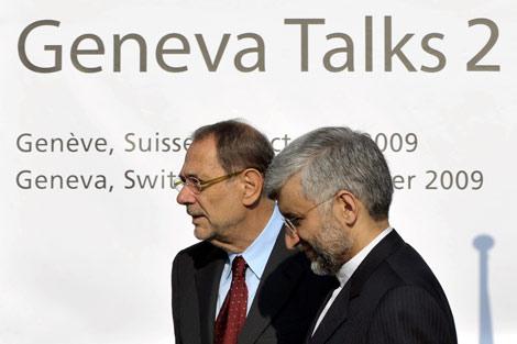 Javier Solana habla con el negociador iraní, Said Yalili, en Ginebra.   EFE