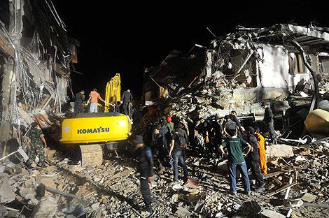 Rescatistas buscan víctimas entre los escombros de un hotel en la ciudad de Padang (Sumatra). | Efe