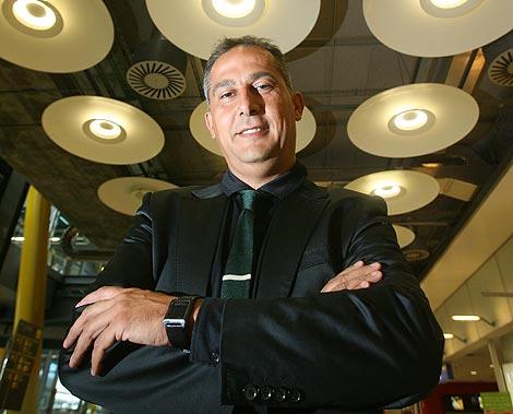 Enric Ruiz-Geli posa en la T4 de Barajas. | Foto: Alberto Cuéllar