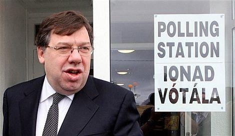 Brian Cowen, primer ministro de Irlanda, tras depositar su voto. | Ap