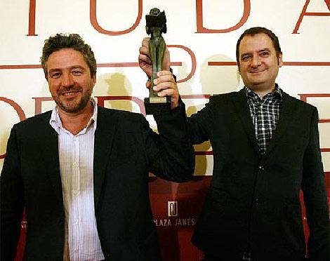 Álex Rovira y Francesc Miralles con la estatuilla de la Bella Lola | Ernesto Caparrós.