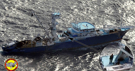 Imagen del pesquero 'Alakrana', con los piratas a bordo. | Ministerio de Defensa