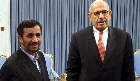 Ahmadineyad (izda) saluda al director de la OIEA, Mohamed El-Baradei en Teherán, Irán.   Efe