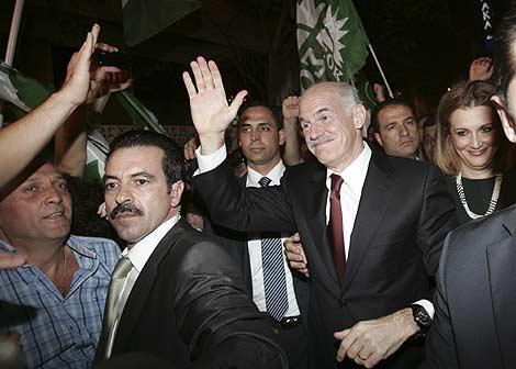 Giorgos Papandreou saluda a un grupo de votantes tras su victoria electoral.   Reuters
