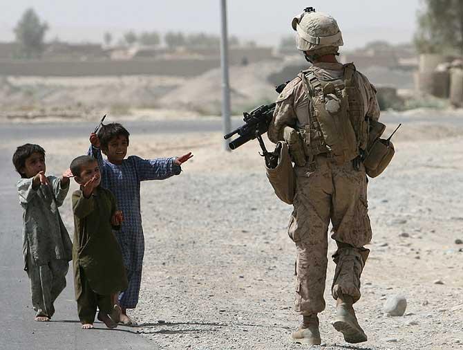Tres niños afganos se acercan a un soldado estadounidense pidiendo comida. | Reuters