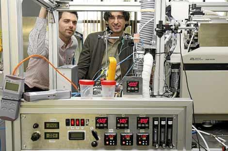 Guillermo Vidal (i) y Alejandro Casado, directores de I+D y del proyecto, con el detector de explosivos desarrollado por Seadm.| J.M. Lostau