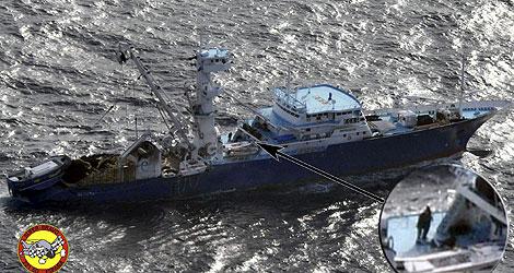 Imagen de uno de los secuestradores a bordo del 'Alakrana'. | Efe