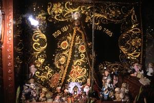 El Niño Compadrito rodeado de figuras.| F. Ruiz