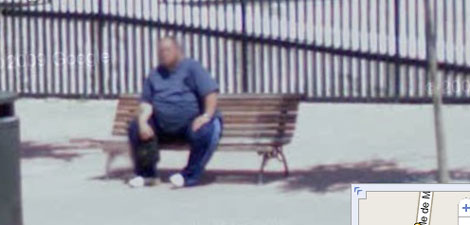 Imagen tomada por el Google Street View del detenido sentado en el banco de Hortaleza donde solía estar, muy cerca de donde se produjo el tiroteo.