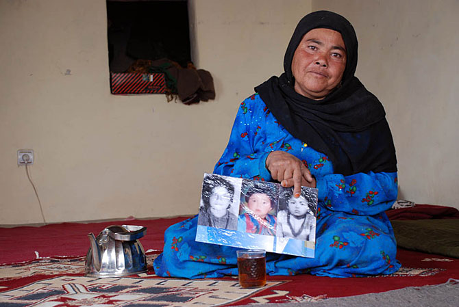 La mujer que puso en apuros a Karzai en público, con las fotos de sus tres hijos asesinados. M. Bernabé