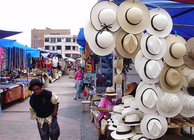 Sombreros de toquilla en un mercado de Ecuador.  a3914c48e52