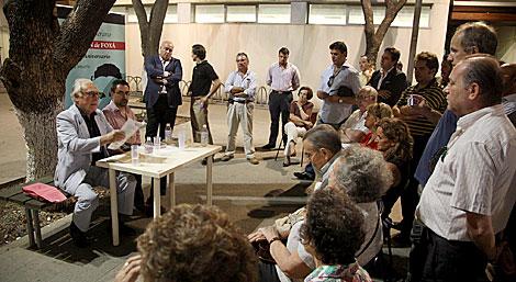 Un momento del acto improvisado tras negar el Ayuntamiento el centro cívico. | Fernando Ruso