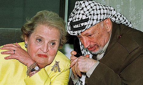 Albright, con su avispa de oro, plata y rubíes junto a Arafat. | Pool