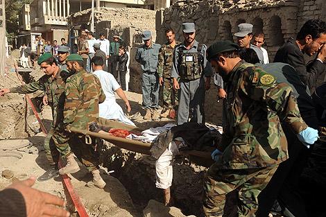 Soldados trasladan a una de las víctimas del atentado. | AFP