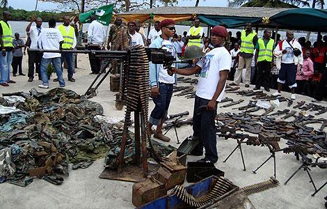Armas entregadas por los ex combatientes.   Reuters