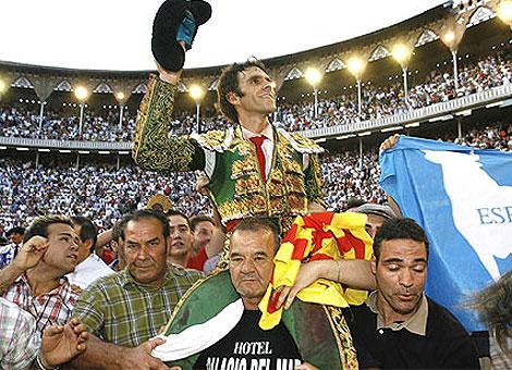 José Tomás, a hombros en Barcelona con la 'senyera'.   S. Cogolludo