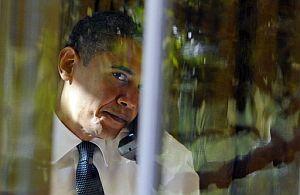 Obama, durante una conversación telefónica en el Despacho Oval. | Afp