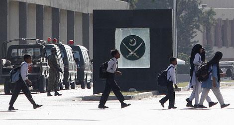 Un grupo de escolares pasa por las inmediaciones del cuartel general de Rawalpindi. | Reuters.