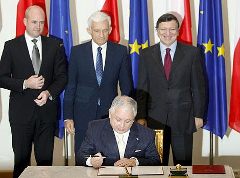 Kaczynski firma ante Barroso, Buzek y Reinfeldt. (de dcha. a izda.). | Reuters