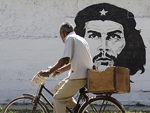 Un cubano pasa por delante de una imagen del Che Guevara (Foto: Reuters).