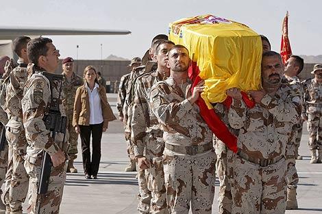 Varios soldados trasladan el cadáver del cabo muerto en Afganistán. | Efe