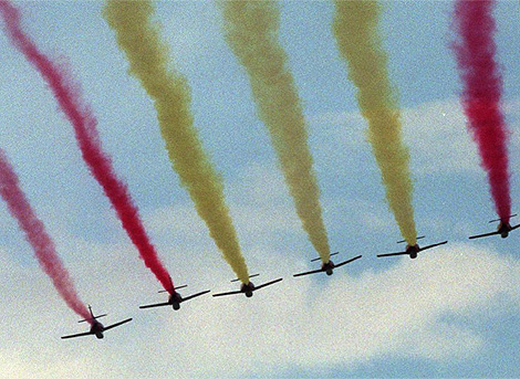 Desfile aéreo dibujando la bandera de España, con motivo de la Fiesta Nacional. | J. Palomar