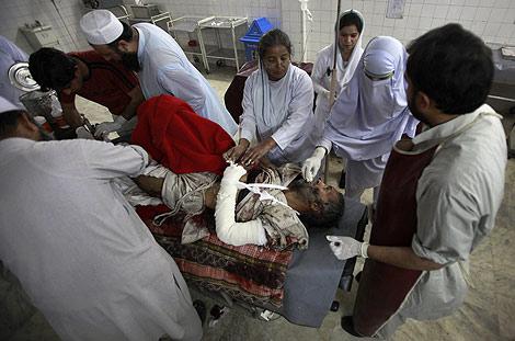 Un paquistaní herido en el atentado de Shangla, en un hospital de Peshawar. | Reuters