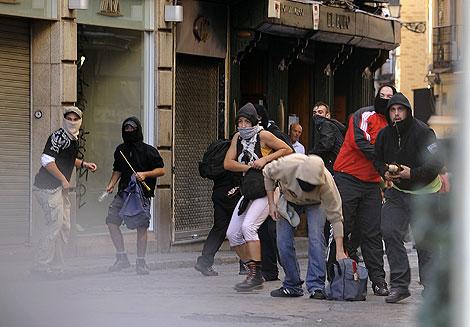 Jóvenes antifascistas contrarios a la marcha de la ultraderecha.   Afp