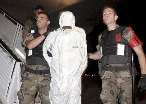 Policías trasladan a uno de los piratas en Torrejón. | Efe