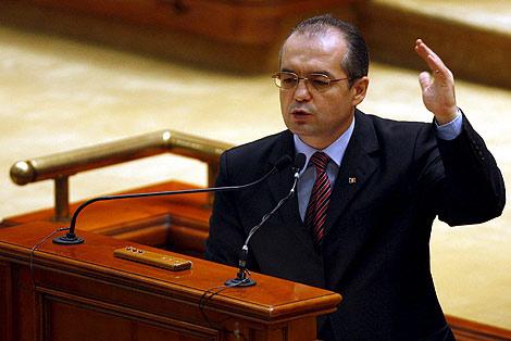 El primer ministro rumano, Emil Boc, este martes en el Parlamento.   Efe