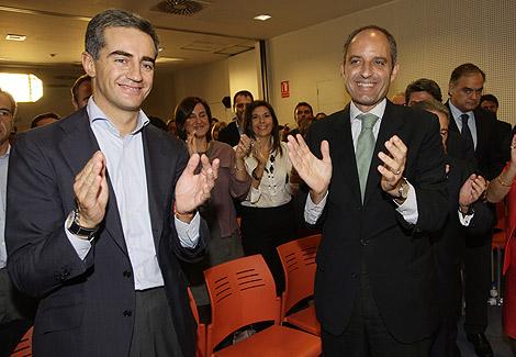 Ricardo Costa y Francisco Camps aplauden al término del Comité Regional del partido   PP.