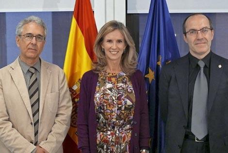 Joan Ginovart, de COSCE, la ministra Cristina Garmendia y Senen Barro, representante de los rectores. |EFE