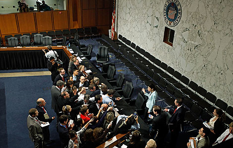 La senadora republicana Snowe habla con los periodistas tras la votación. | AFP