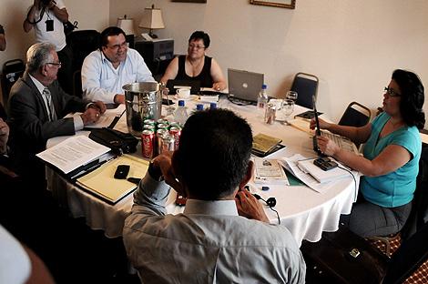 Miembros de las comisiones de Zelaya y de Micheletti, en la mesa de diálogo. | Efe