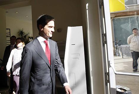 Ricardo Costa abandona las Cortes Valencianas tras su destitución. | Benito Pajares