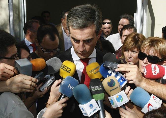Ricardo Costa, ayer, a la salida de las Cortes valencianas.| Reuters
