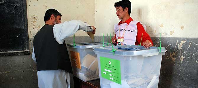Un afgano vota en un colegio electoral de Kabul el pasado 20 de agosto. M. BERNABÉ