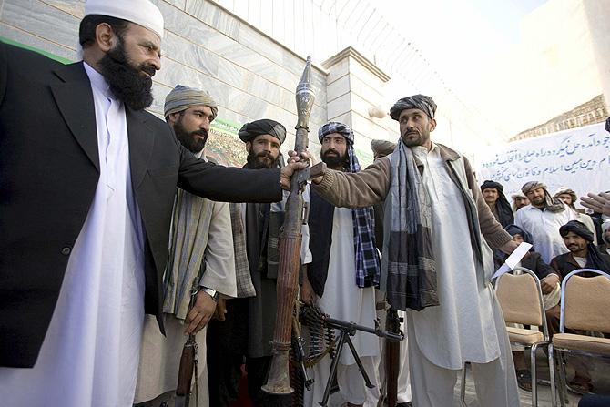 Un grupo de talibanes entrega sus armas en Herat (Afganistán) para unirse al gobierno. | Efe