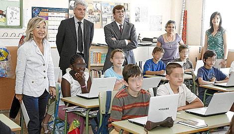 La ex cosellera de educación y el president posan con los ordenadores de 'quita y pon' | El mundo