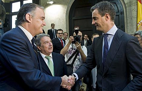 González Pons saluda a Ricardo Costa el pasado martes.   Efe