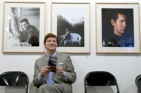 Jorge Berlanga, hermano de Carlos, en la muestra inaugurada en Valencia   Efe.