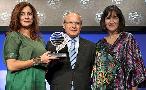 Ángeles Caso, junto al presidente de la Generalitat y la ministra de Cultura. | EFE