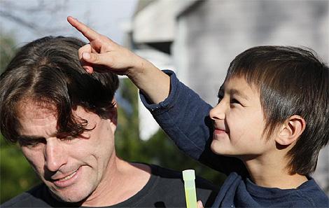 Richard Green, con su hijo Falcon Greene, ante los medios de comunicación. (Foto: Reuters)